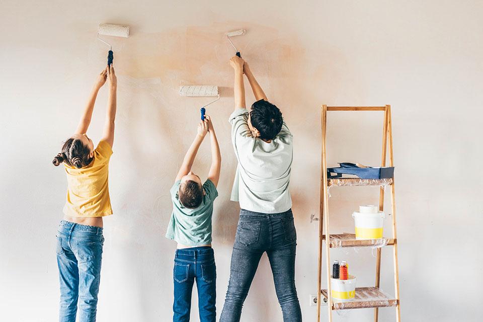 משפחה צובעת קיר